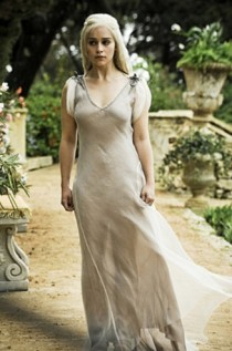 Game-of-Thrones_Iain-Glen-Emilia-Clarke-first-dress_Image-credit-HBO-327x494